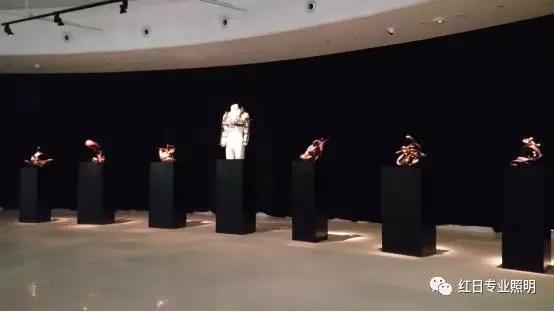 雕塑作品的塑造。