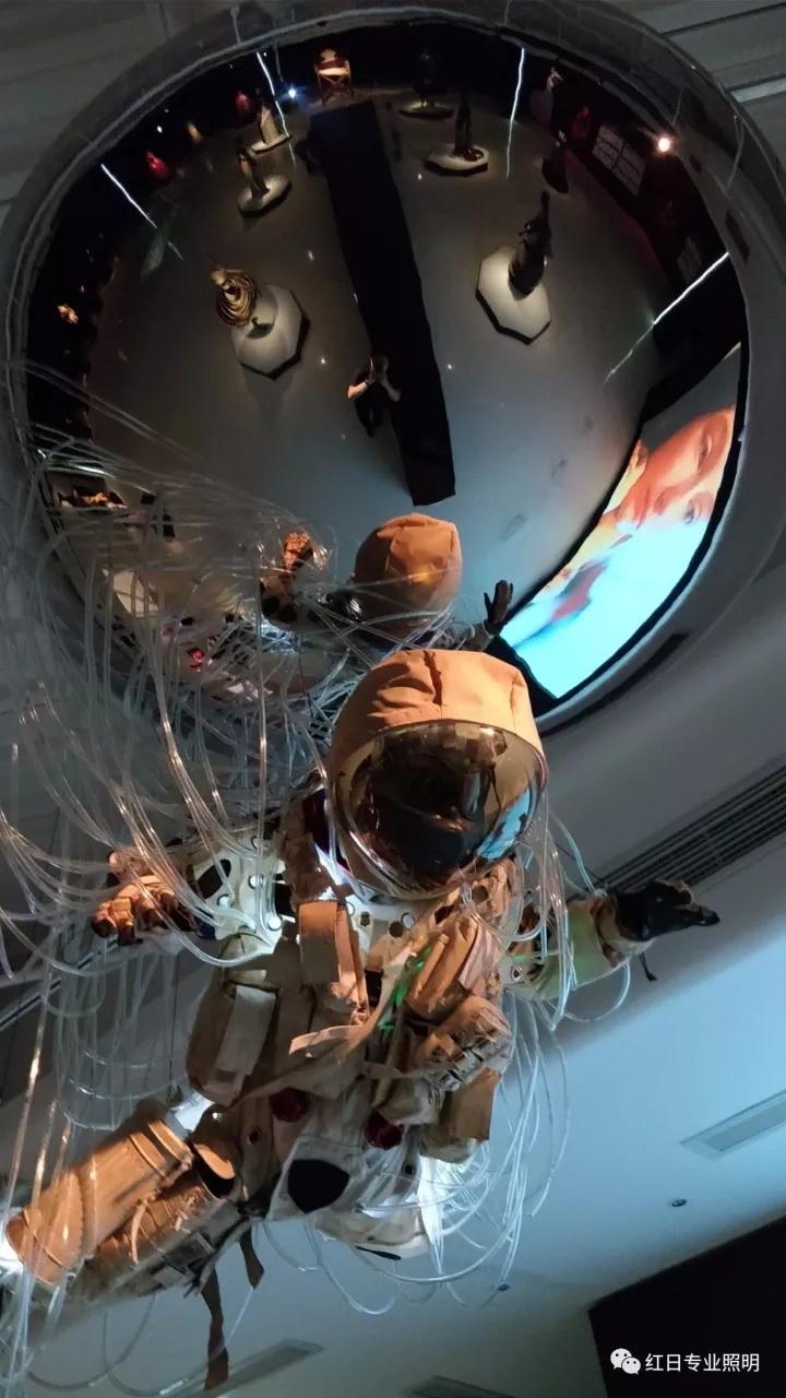 作为整个展览的点睛之笔---穿着太空服的Lily。