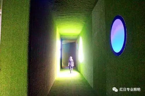 """""""空間中的動畫"""",必須穿過一條綠色的通道"""