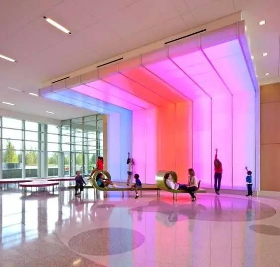 医院里的彩色LED墙是孩子们最爱玩耍的地方