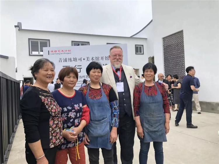 艺术家和当地村民互动