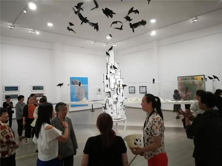 当地村民参观美术馆