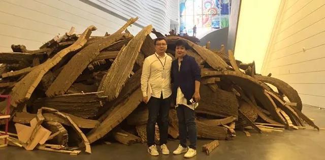 刘宏剑与银川当代美术馆艺术总监谢素贞