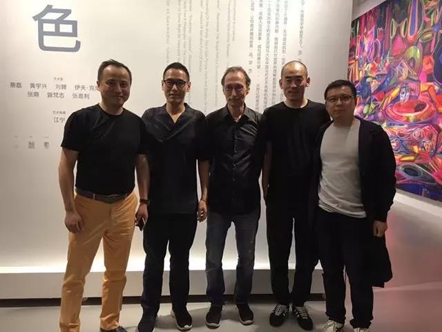 左起:策展人江宁、收藏家汤子嘉、香格纳创始人劳伦斯、艺术家张鼎、刘宏剑