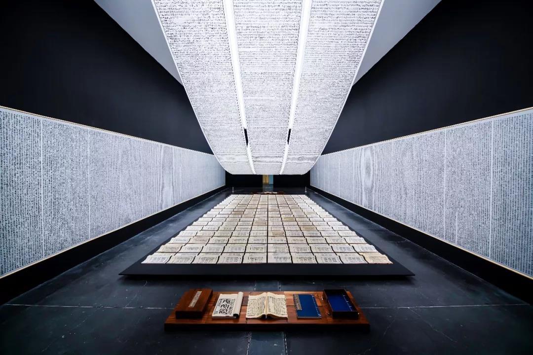 《徐冰:思想与方法》:超越文化的艺术光影照明