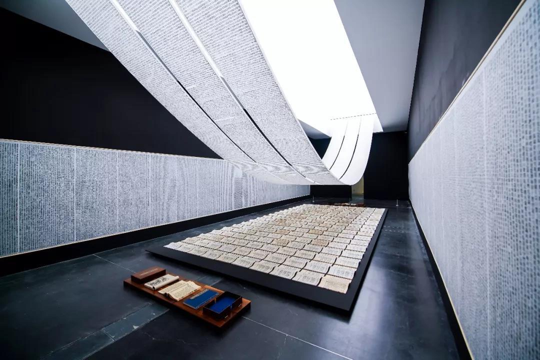 《徐冰:思想與方法》:超越文化界限的藝術光影照明第9張